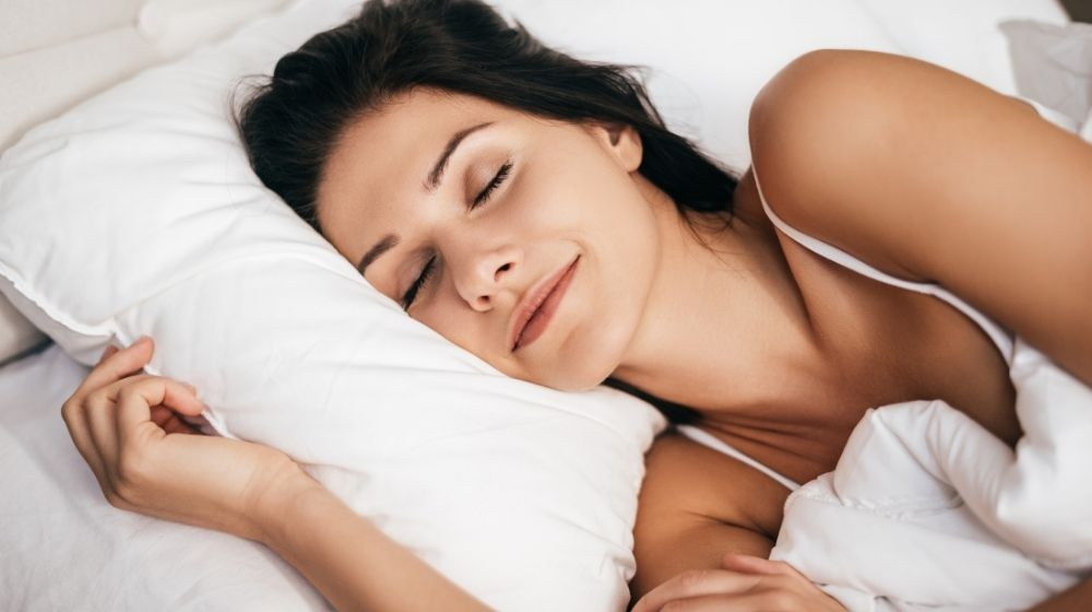 a beautiful woman is sleeping - ss - featured photo | Follow These 5 Simple Steps To A Good Bedtime Routine