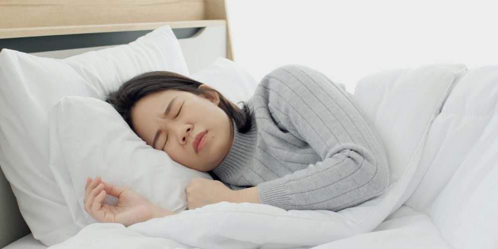 asian-woman-sleeping-uncomfortably-due-to-periodic-sleeping | Feature | What Is Periodic Breathing - What Can I Do?
